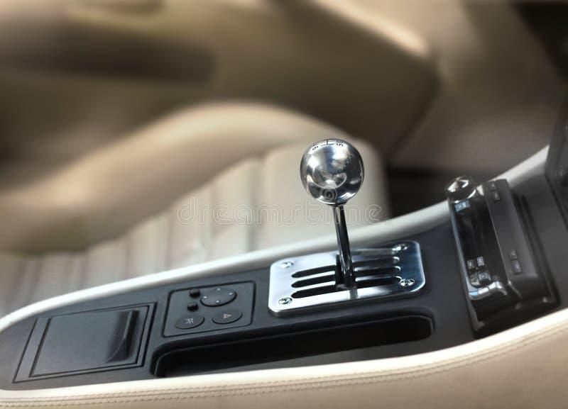 Bouton de changement de vitesse de voiture de sport image stock