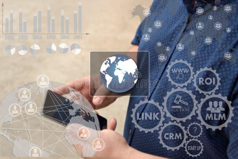 Bouton de la connexion réseau en ligne du monde sur l'éboulis de contact images stock