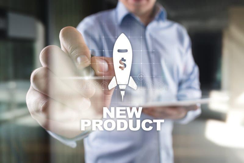 Bouton de lancement de fusée de produit nouveau sur l'écran virtuel Développement des affaires, concept de vente et de la publici images libres de droits