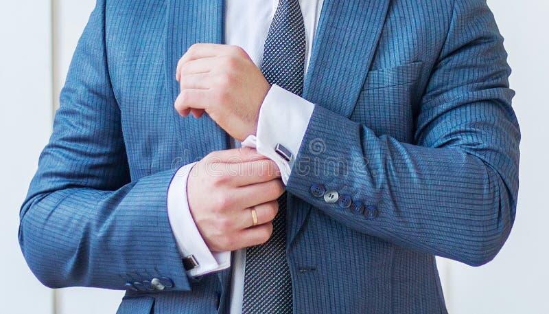 Bouton de marié vers le haut des boutons de manchette photos libres de droits