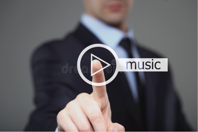 Bouton de musique de jeu de pressing d'homme d'affaires photographie stock