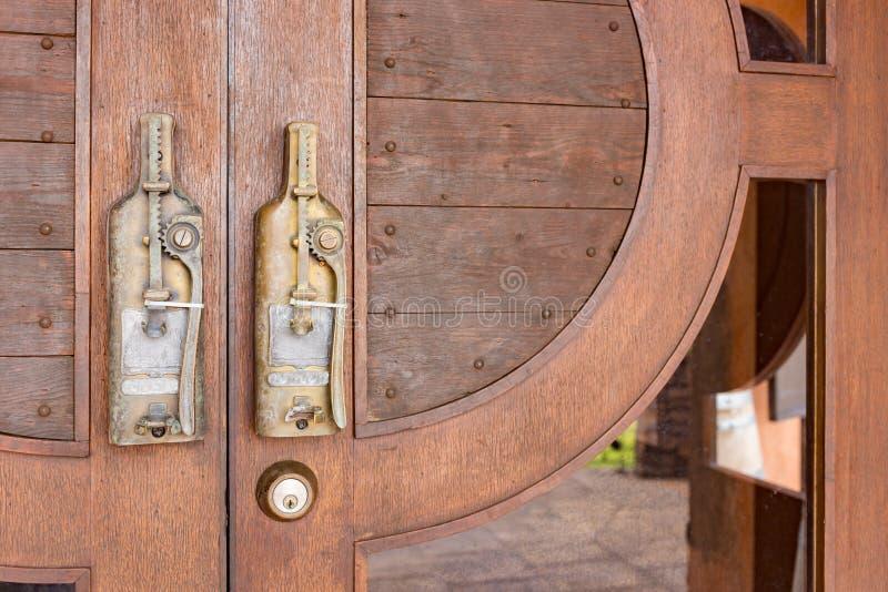 Bouton de porte dans le style de vintage sur la porte en bois photo stock