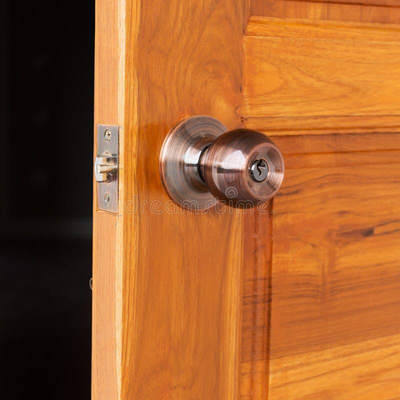 Download Bouton De Porte Et Trou De La Serrure Sur La Porte En Bois Image  Stock
