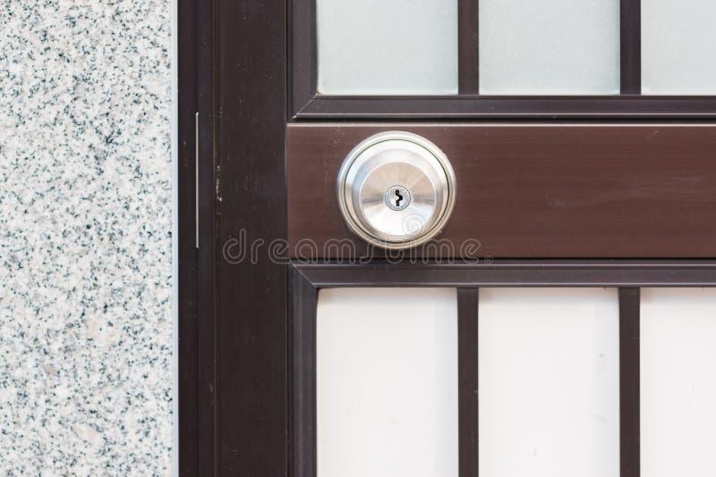 Bouton de porte inoxydable sur la porte moderne photo libre de droits