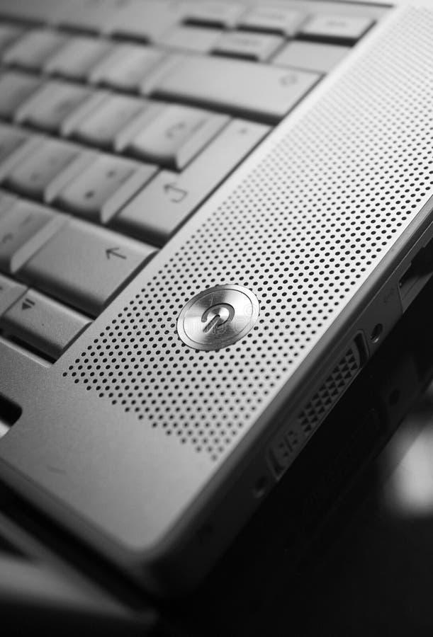Bouton de pouvoir sur l'ordinateur portatif   image stock