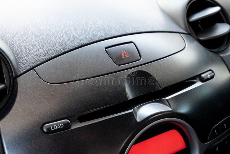 Bouton de secours de voiture et fente de joueur de CD/DVD dans l'endroit de conducteur image stock