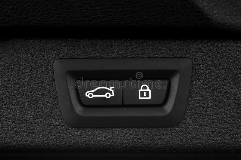 Bouton fermant de tronc de voiture images stock