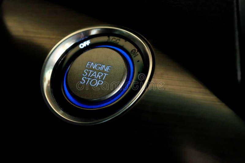 Bouton marche de moteur dans la fin moderne de voiture photo stock