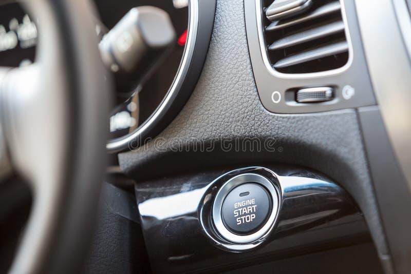 Bouton marche de moteur de voiture photo stock