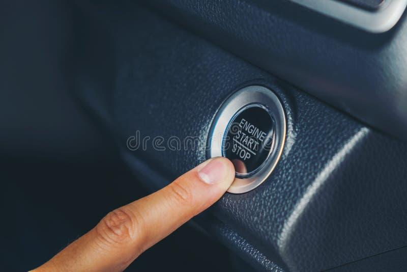 Bouton marche de moteur sur la voiture images stock