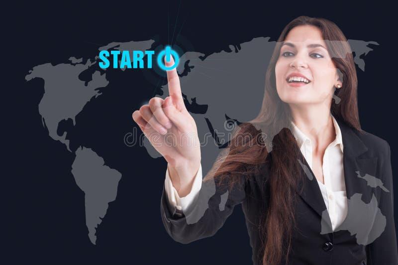 Bouton marche de pressing de femme d'affaires sur le scre transparent numérique images libres de droits