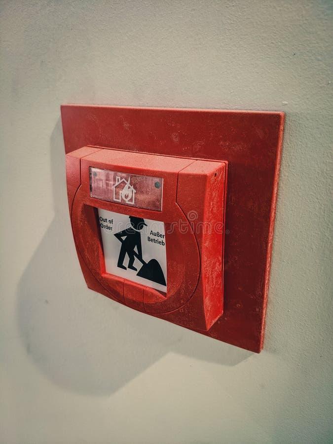 Bouton poussoir d'alarme d'incendie dans l'immeuble de bureaux image stock