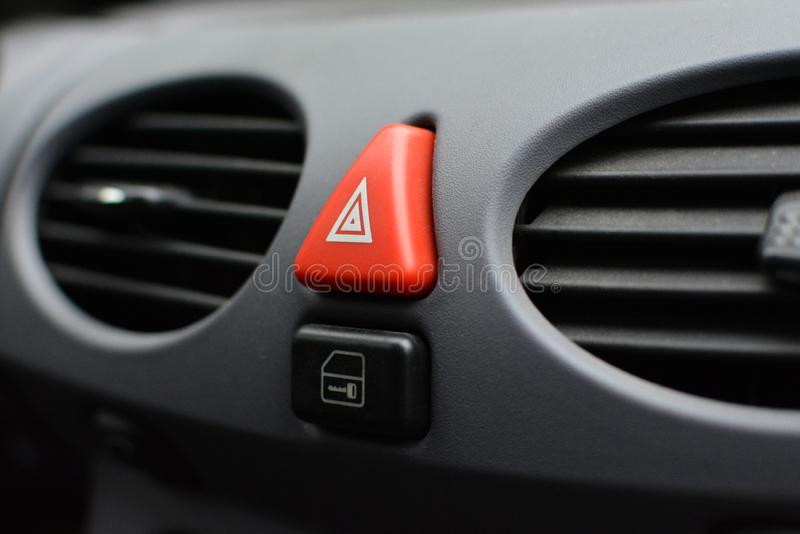 Bouton rouge triangulaire de clignoteur de risque à l'intérieur d'intérieur de voiture photos libres de droits