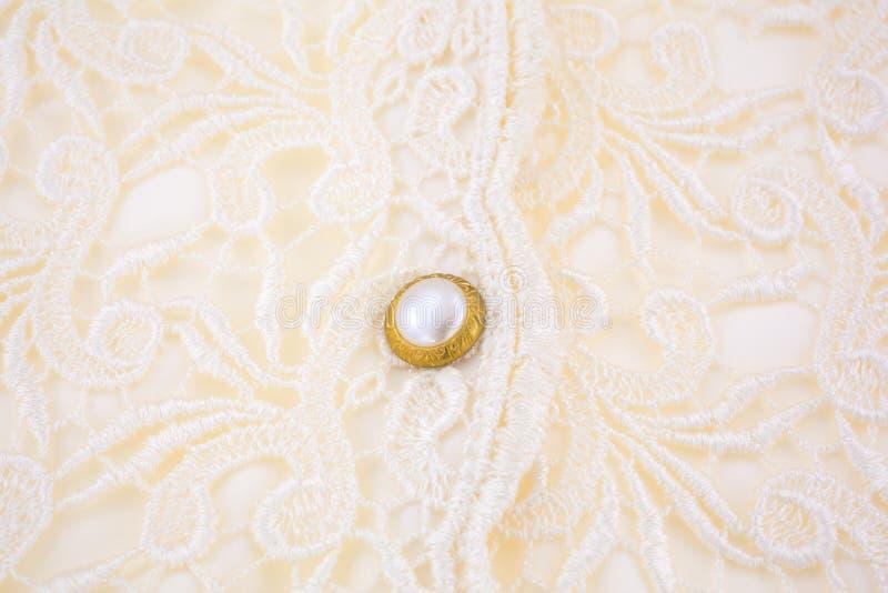 Bouton sur le corsage de dentelle photos stock