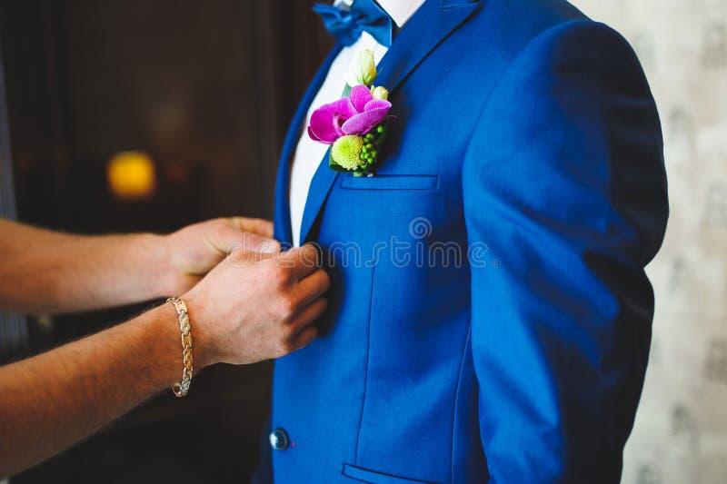 Boutonnage de la veste du marié photos libres de droits