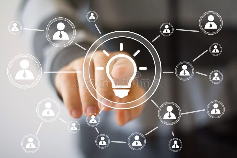 Boutonnez la communication de Web d'affaires d'ampoule d'idée en ligne photographie stock libre de droits