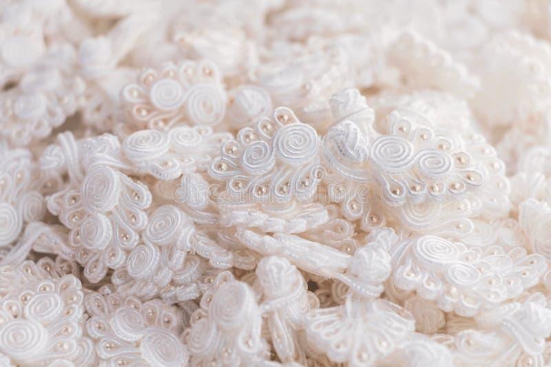 Boutonnez le chinois de noeud : Beaucoup de noeud b de blanc de chinois traditionnel photos libres de droits