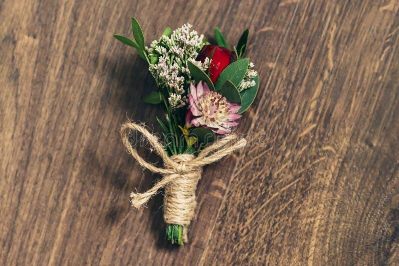 Boutonniere de mariage sur le fond en bois dans le style rustique photos libres de droits