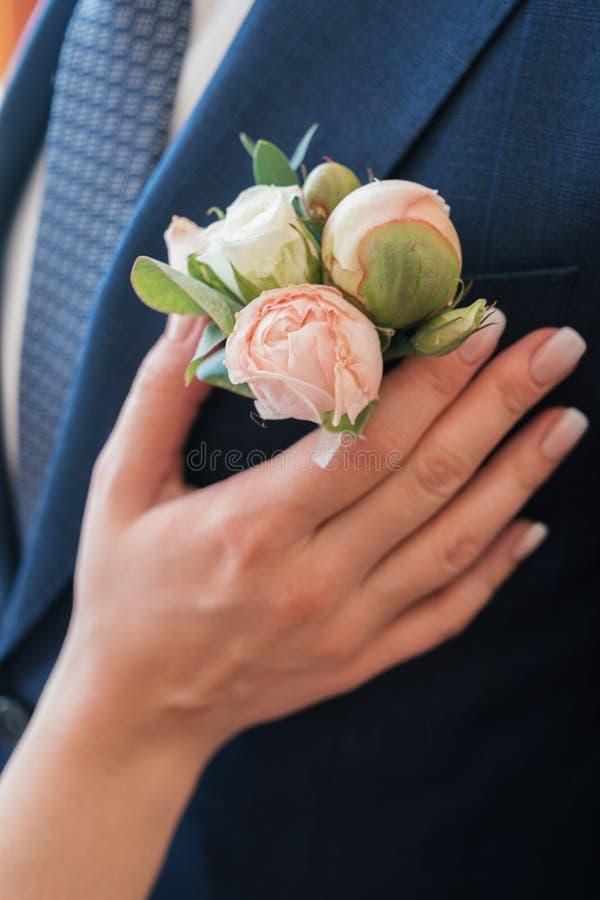 Boutonniere della peonia bianca e di rosa in occhiello di man& x27; vestito di s fotografie stock
