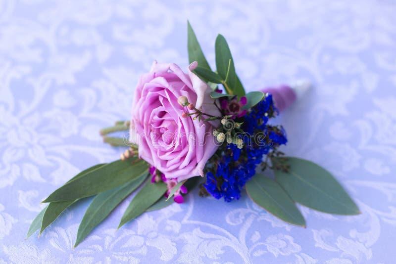 Boutonniere della rosa di porpora per lo sposo annata fotografie stock