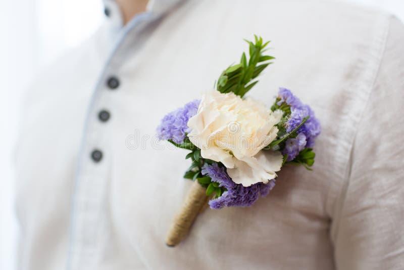Boutonniere di nozze sul vestito dello sposo fotografia stock libera da diritti