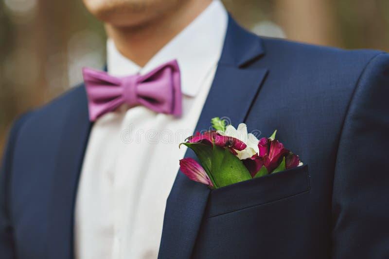 boutonniere e mazzo con lo sposo blu del costume immagine stock