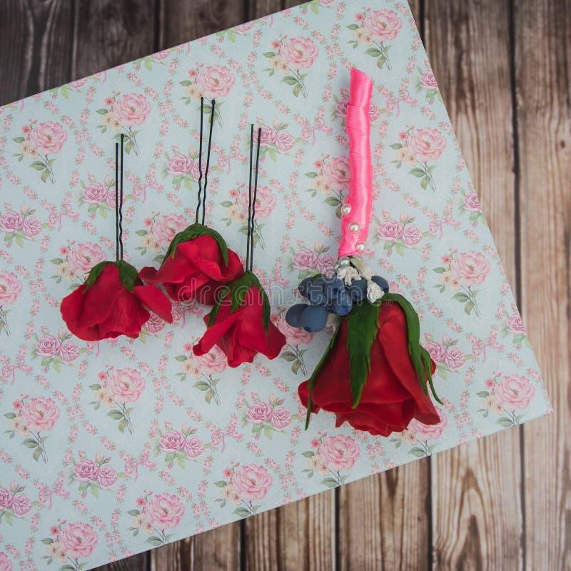 Boutonniere e pinos com uma rosa vermelha fotos de stock