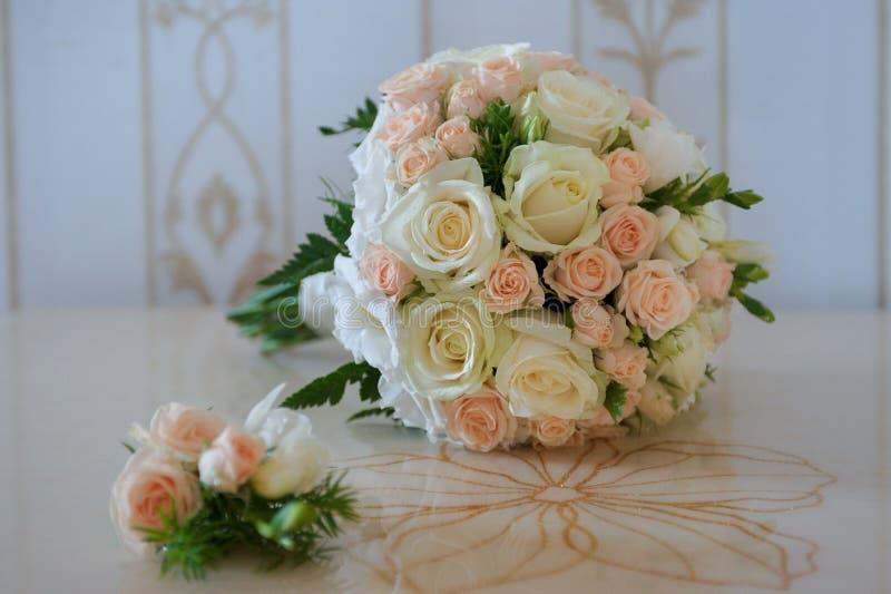 Boutonniere e ramalhete do casamento Acessórios da noiva e da GR fotografia de stock