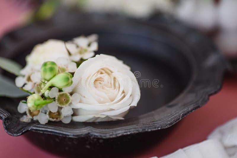 Boutonniere en bruid` s kouseband op de achtergrond van het bruid` s boeket royalty-vrije stock afbeelding