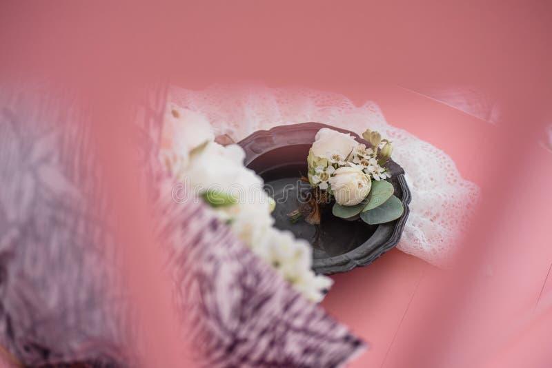 Boutonniere en bruid` s kouseband op de achtergrond van het bruid` s boeket royalty-vrije stock foto