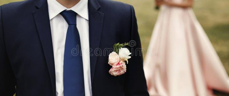 Boutonniere na kostiumu, luksusowy państwo młodzi pozuje, elegancki wedd zdjęcia stock