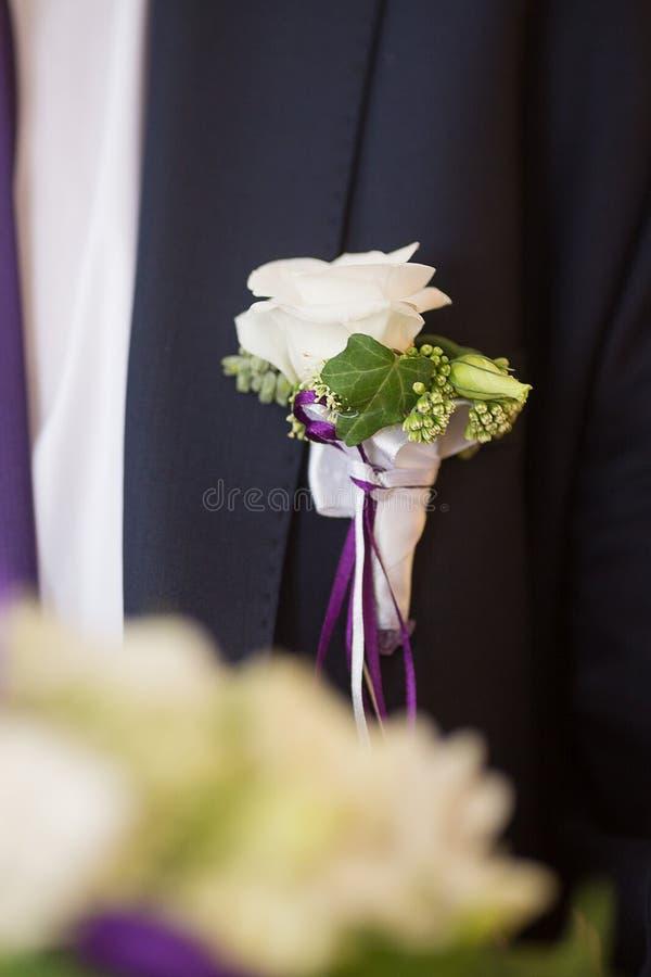 Boutonniere na modnym fornalu przy ślubem zdjęcia royalty free