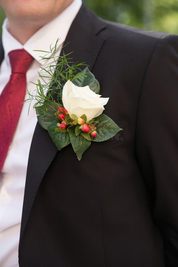 Boutonniere, occhiello, decorazione del vestito di nozze governi fotografie stock