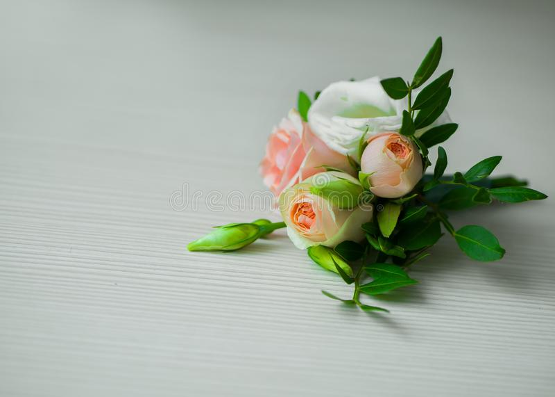 Boutonniere på vit bakgrund gifta sig för blommor arkivbild