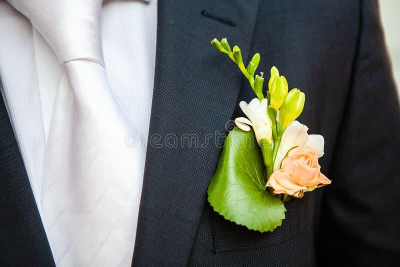 Boutonniere p? slaget av brudgummen royaltyfri foto
