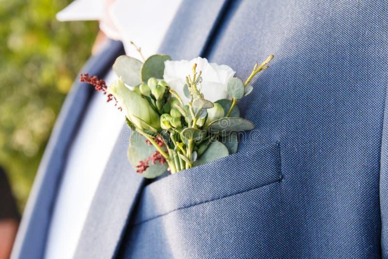 Boutonniere per la fine dello sposo fotografie stock