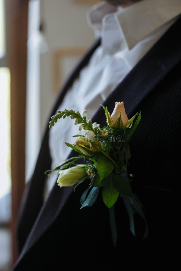 Boutonniere verde sul rivestimento dello sposo immagini stock