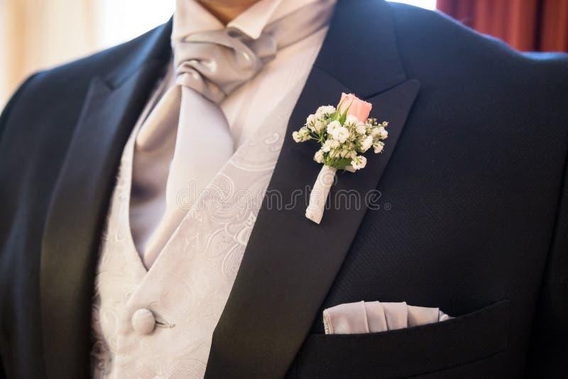 Boutonniere w eleganckim smokingu obraz stock