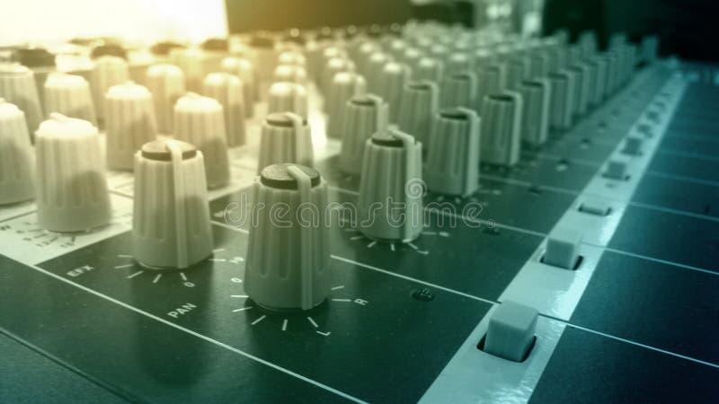 Boutons audio de mélangeur et d'amplificateur dans la pièce d'enregistrement sonore de studio photos stock