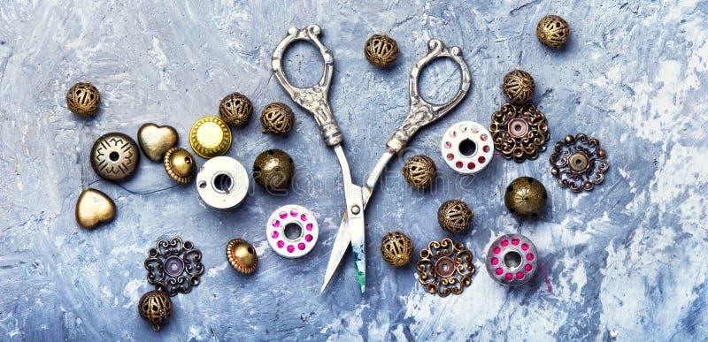 Boutons, ciseaux et fil photos stock