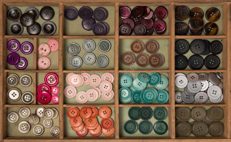Boutons colorés dans une boîte photos libres de droits