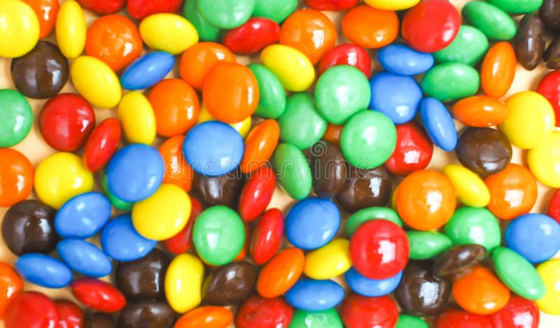 Boutons color?s de chocolat ?troits vers le haut du fond bonheur joyeux id?e de concept d'enfants photos stock