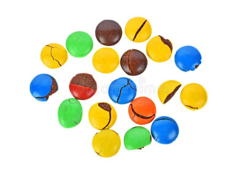 Boutons colorés de chocolat sur un fond blanc photo libre de droits