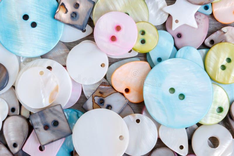 Boutons colorés de robe de nacre images stock