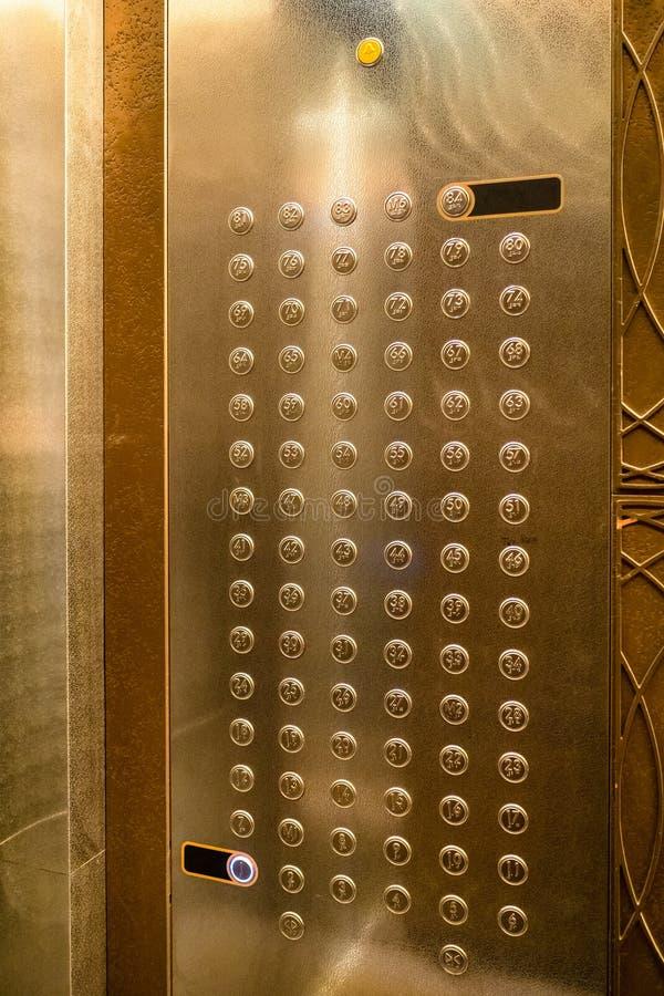 Boutons dans la carlingue de l'ascenseur moderne dans le bâtiment de tour photos libres de droits