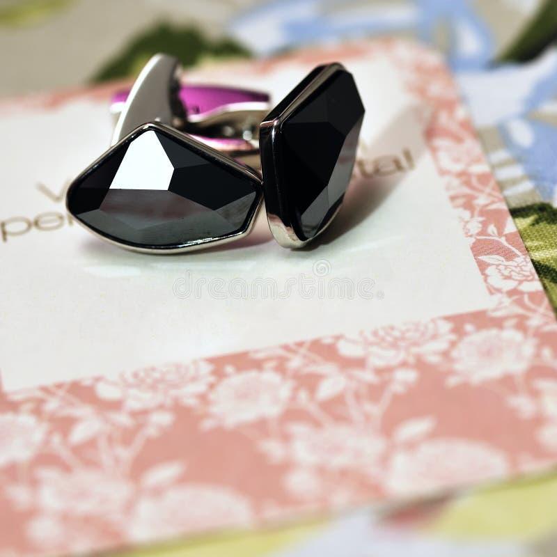 Boutons de manchette sur la carte de mariage images libres de droits