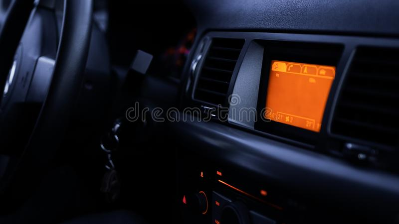 Boutons de radio, tableau de bord, contrôle de climat dans la fin de voiture  photographie stock