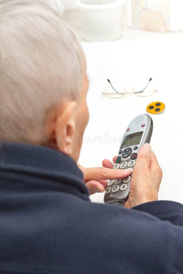 Boutons de téléphone de personne presque aveugle de plus grands photos stock