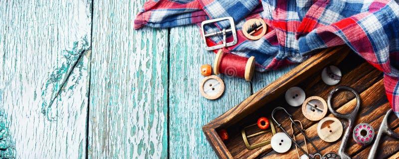 Boutons et bobines de couture de fil images libres de droits