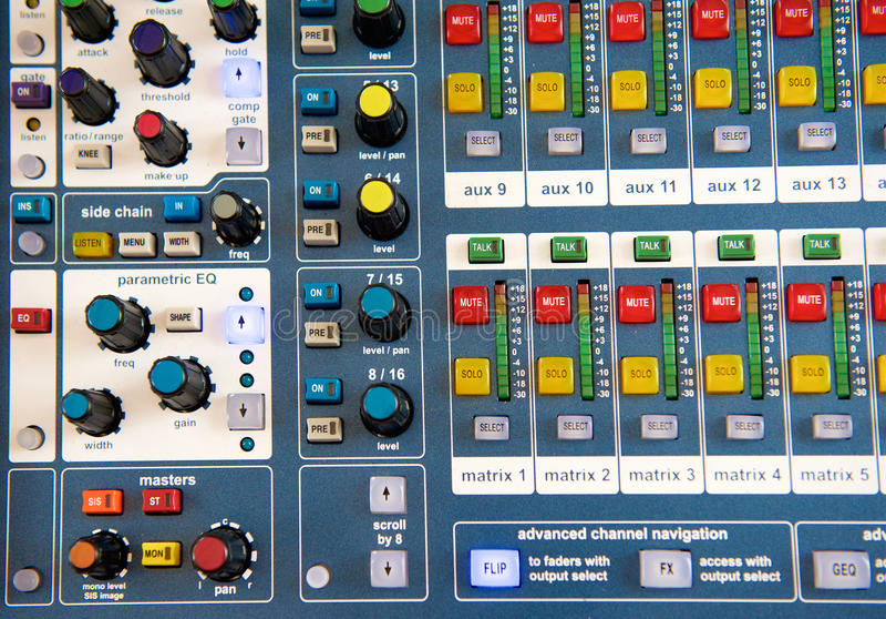 Boutons et boutons sur le mélangeur audio stéréo illustration stock